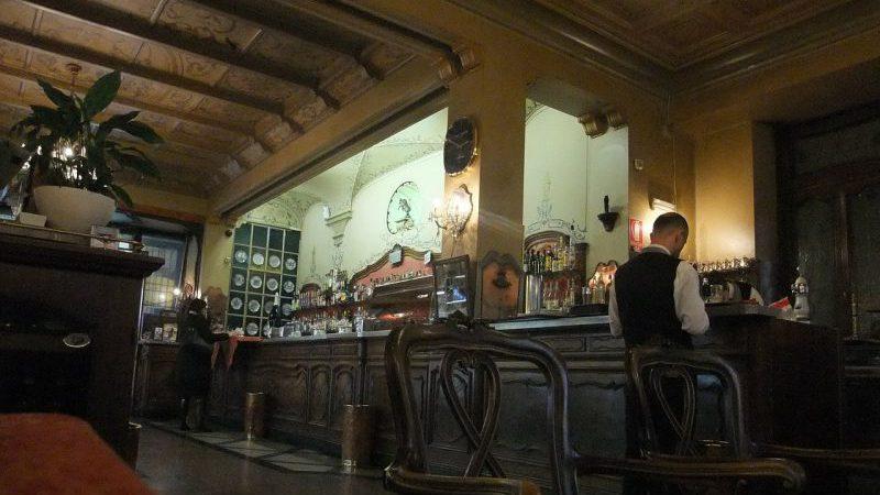 Chiacchiere da bar in un café di Torino
